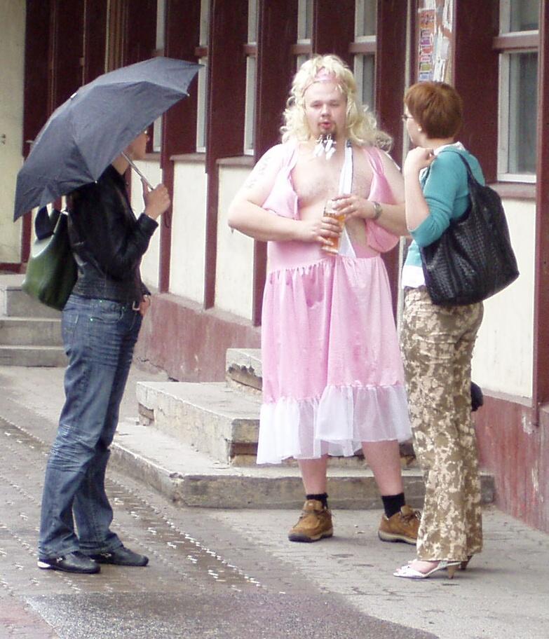 26 Tallinnas Vabaduse väljaku ääses trammipeatuses.