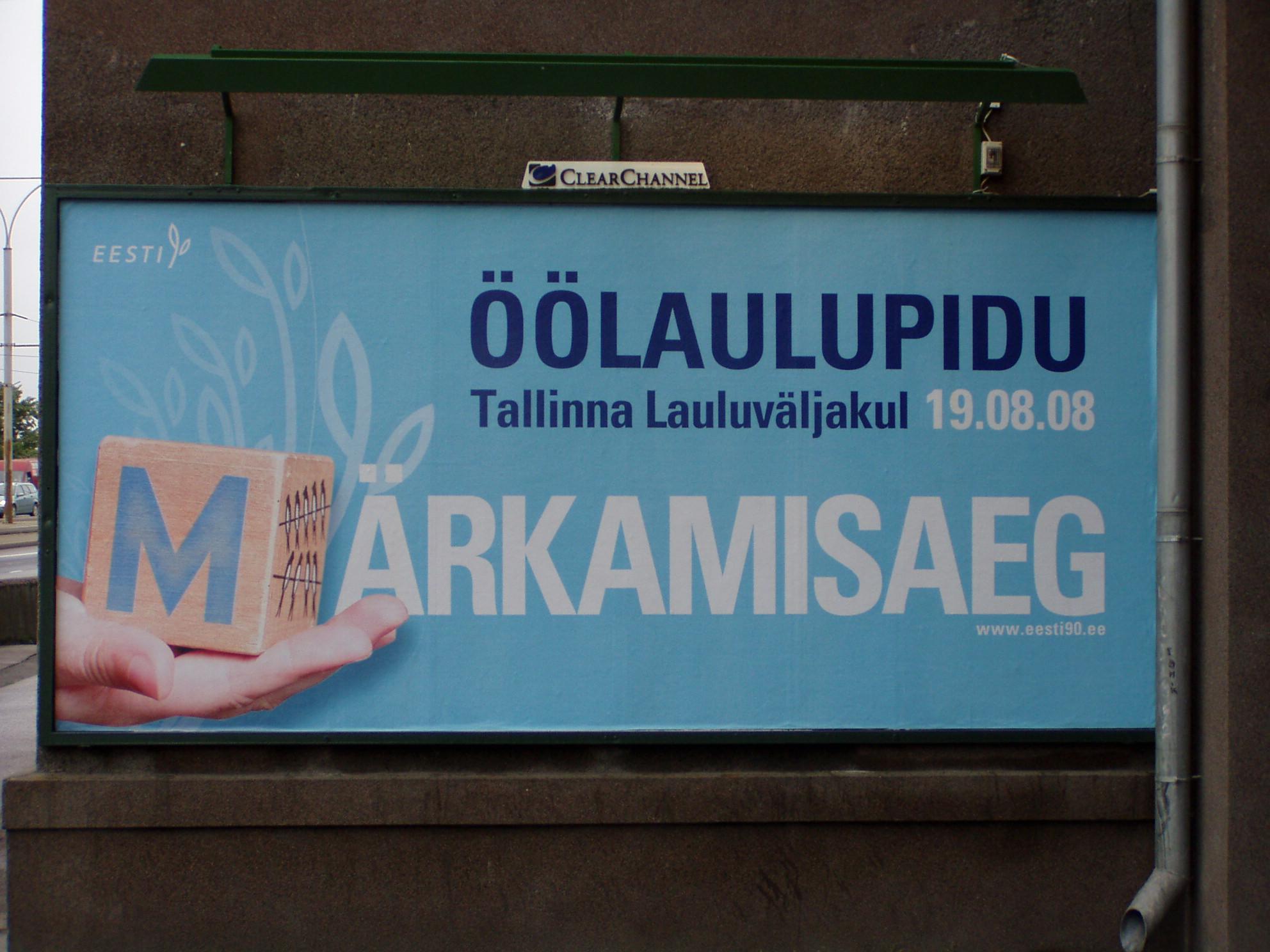Öölaulupeo reklaam Tallinnas Pärnu maanteel.