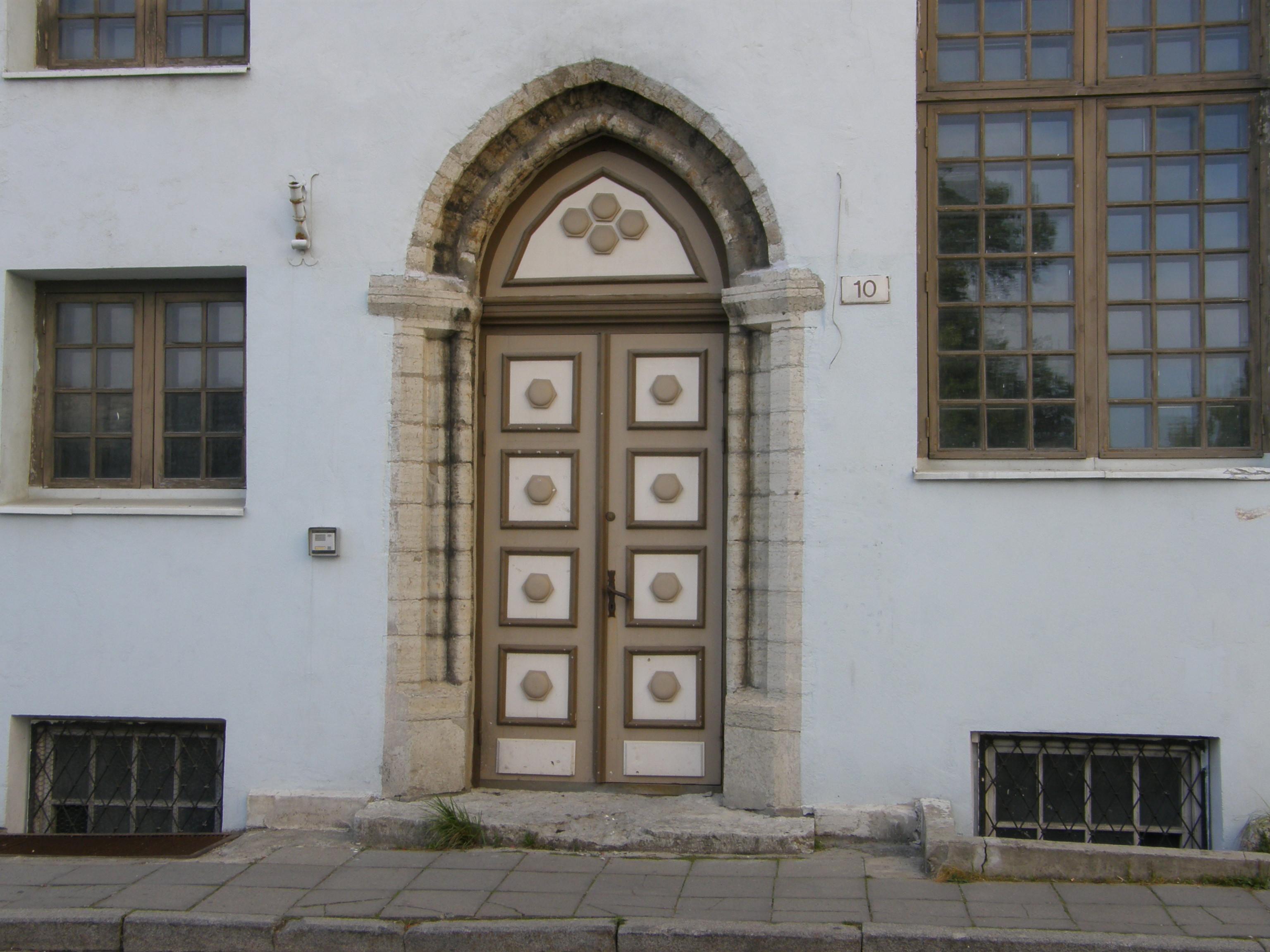 Kuusnurkadega kaunistatud uks Rüütli tänaval Tallinnas.