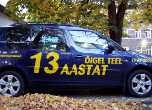 Reformierakonna Tõnismäe peakontori ette pargitud auto oktoobris 2008. Foto Virgo Kruve