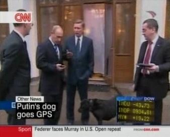 Vladimir Vladimirovitš Putin oma koera ja abidega tutvumas GPS jälitamise seadmega. Foto CNN ekraanilt.