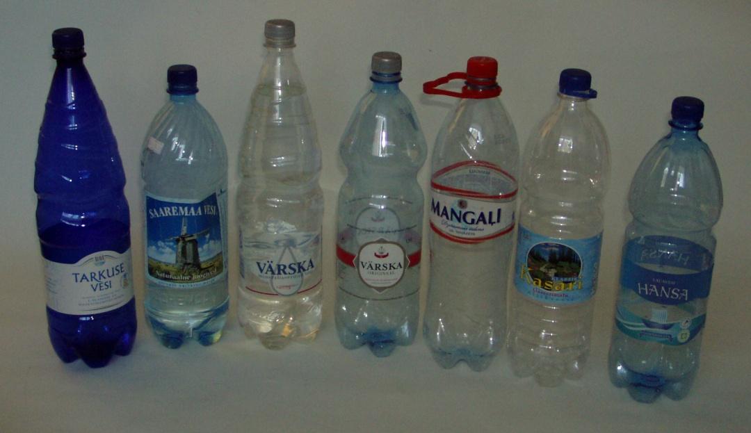 Mineraal-, mineraliseeritud-, allika-, joogi- ja lauavee pudelid mis vaatamata erinevatele nimedele on kõik villitud kuusnurka kandva korgi alla. Foto Virgo Kruve