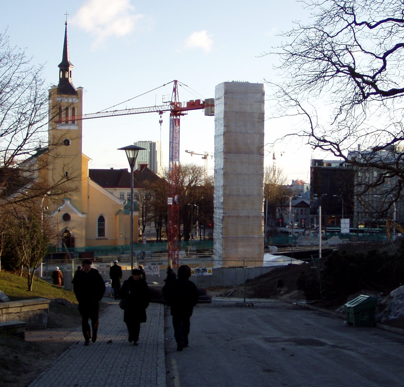 Eesti Vabariigi 90 aastapäeva tähistamiseks valmimata jäänud Vabadussõja ausammas on kaetud vineeri tahvlitega.