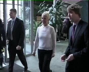 Kikkis nibudega Evelin, koos turvameestega. Pilt ETV 14. veebruaril - valentinipäeval.