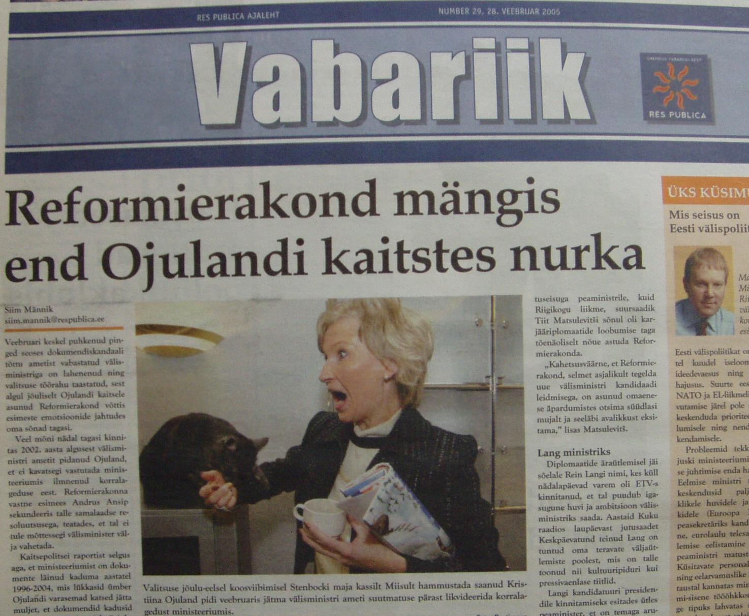 Res Publica ajaleht Vabariik naeruvääristab Kristiina Ojulandi käe haaranud kass Miisuga kogu Reformierakonda. Võimuliit kestis pärast seda veel paar kuud ja Res Publica lahkus võimult. Igaveseks! Foto Virgo Kruve