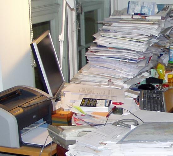 Erineval ajal kogunenud paberid on ümbritsenud kultuurkihina arvuti. Jaanuar 2008 aga mitte minu arvuti. Foto Virgo Kruve