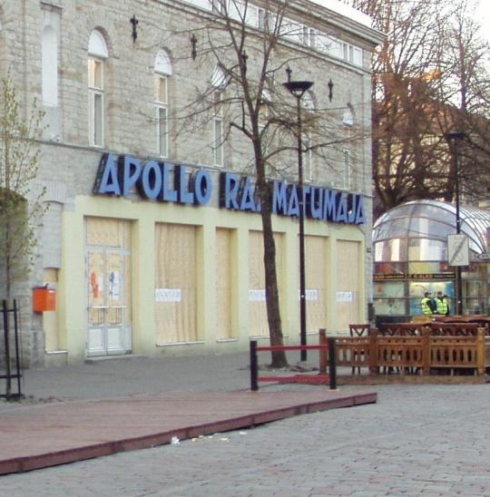 Pronkisöö ajal loobiti sisse isegi raamatukaupluse aknad. Vineeritahvlid ja politsenikud 9 päeva hiljem 5. mail 2007. Foto Virgo Kruve