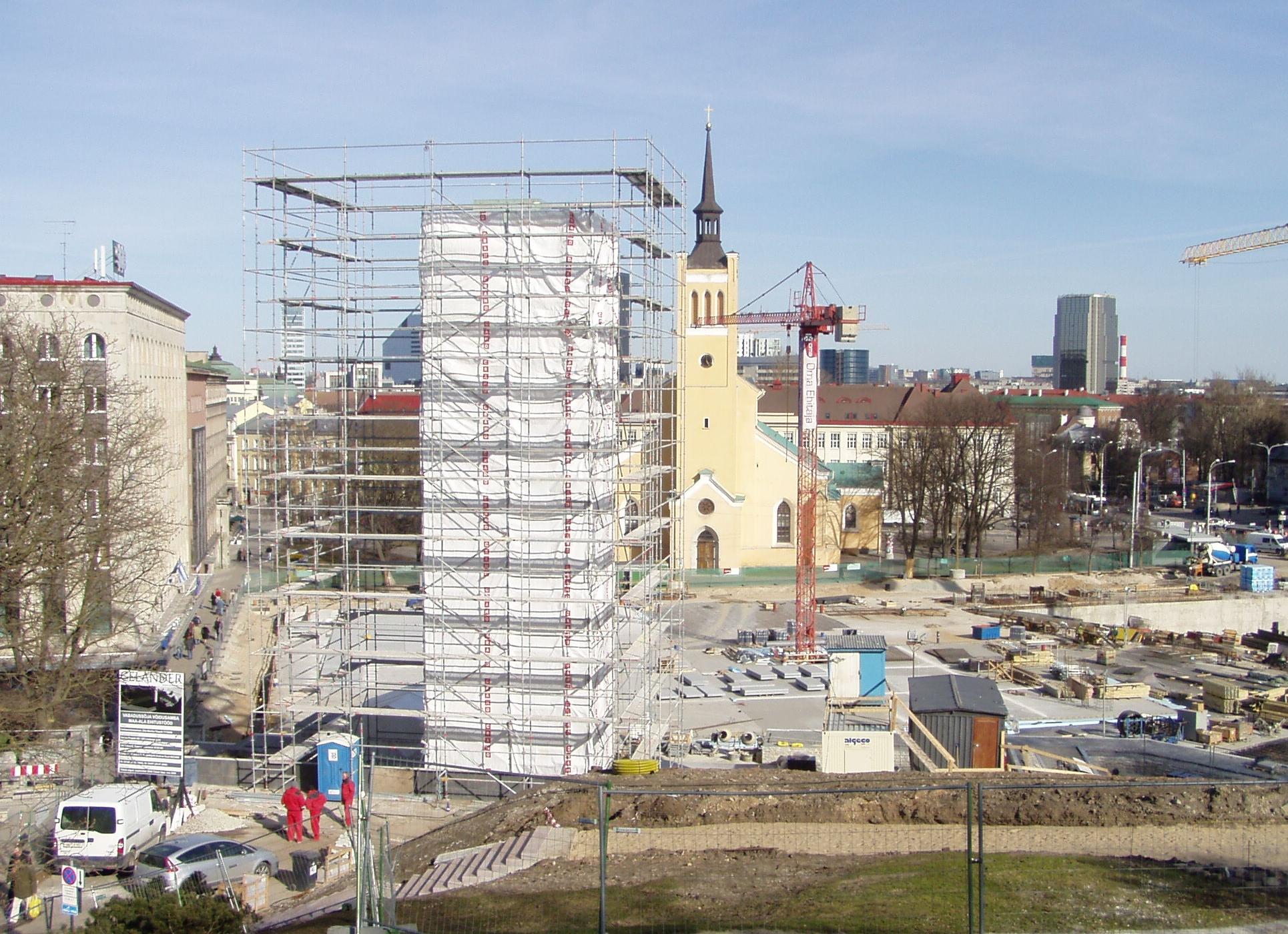 Kliki pilt suuremaks ja vaata 21.04.2009 Harjumäe nõlvale kerkivat maitsetuse monumenti ja Eesti majandusedu matmise ausammast. Foto Virgo Kruve