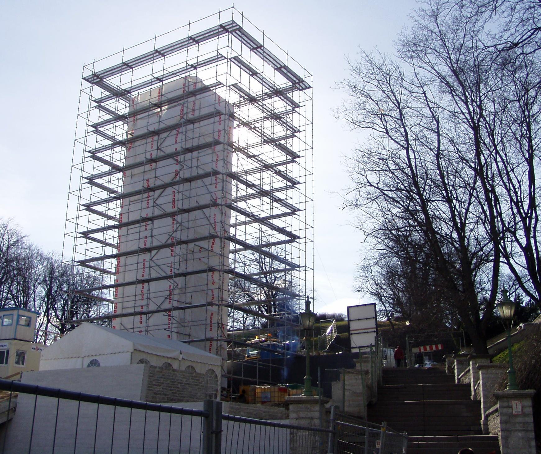 Vaade Harjumäe treppidele ja Vabadussõja monumendile, mille autor, ehitaja ja tellija on Isamaa ja Res Publica liidust ning mis maksab 3,5 miljonit krooni meetri eest. Foto Virgo Kruve