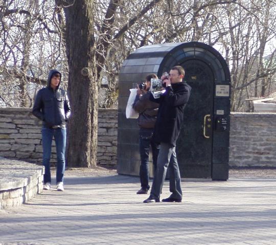 Turistid pildistavad igas teises suunas peale 2 miljonit maksnud välitualeti, sest nad ei tea selle hinnalisust. Vastav hinnasildi lisamine oleks vajalik. Foto Virgo Kruve 21.04.2009