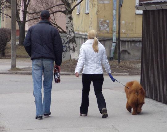 Igaüks jalutab omaga: kas koeraga või siis 2 l õllega. Autori foto.