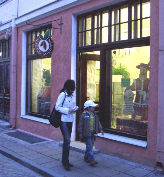Martsipanile spetsialiseerunud pood Tallinnas Pikal tänaval paneb vaateakna ees seisatama.