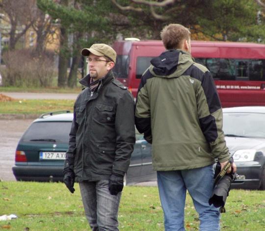 Mihkel Kärmas ja fotograaf luuravad Ekspressi jaoks skandaalset lugu. 4. november 2008 Kolde pst ääres. Foto Virgo Kruve