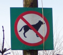 Keelusilt koertele linnas jalutamiseks. Autori foto