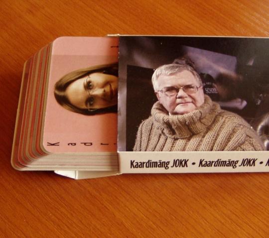 Edgar Savisaar ja tema kaartide pakk. Pealmine kaart on Keskfraktsiooni juhtratta keerutaja - Kadri Simson. Foto Virgo Kruve 18.06.2009
