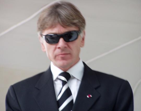 Tumedate prillide taha oma hinge peitev ja morni ilmega Indrek Tarand 20. september 2008 Tallinnas Harju mäe kõlakojas Vabadussõja ausamba nurgakivi paneku üritusel. Foto Virgo Kruve