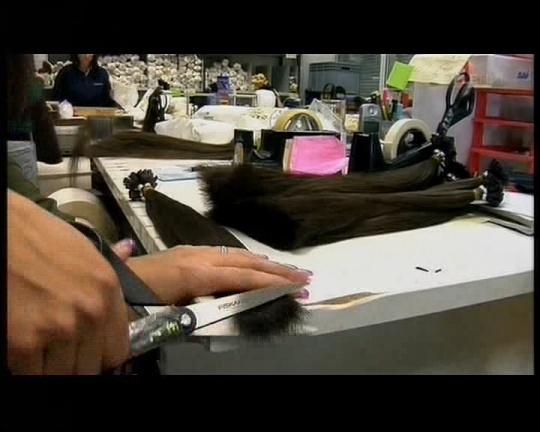 juuksepikendused sorteeritakse pakendamisel pikkuse järgi ja lõigatakse.