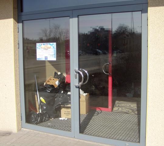Tallinna Bussijaama hoones asunud Olympic kasiino uksed suleti 1. märtsil 2009. Asjad on välja kolimiseks pakitud. Foto Virgo Kruve