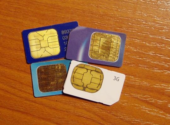 """Mobiiltelefoni SIM kaardid on operaatorite poolt uuendatavad läbi """"märkamatuks jäävate SMS-ide"""". Neist saab teada vaid siis kui esineb tõrkeid telefoni tungimises. Kes teab millistel viisidel on võimalik sinna salvestatud andmeid operaatoril kätte saada? Foto Virgo Kruve"""