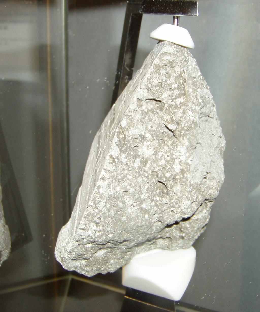 Kuu pealt pärinev kivi Berliini teholoogia muuseumis. Foto Virgo Kruve