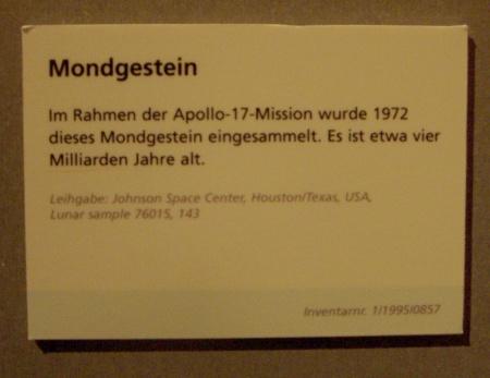 Kuu kivi selgitav silt Berliini tehnoloogia muuseumis. Foto Virgo Kruve