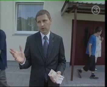 Vaadake kui suus pakk on tal veel jagamata! Kes teeb siis tema töö kui mees käib endale odavat reklaami tegemas? Sotsiaalminister jalgpalli piletitega TV3 11. august 2009