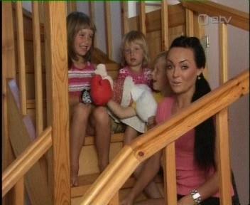 Katrin Väli sobib laste keskele aga see käsipuu varjab tema kõige suuremad trumbid häbitul moel ära.