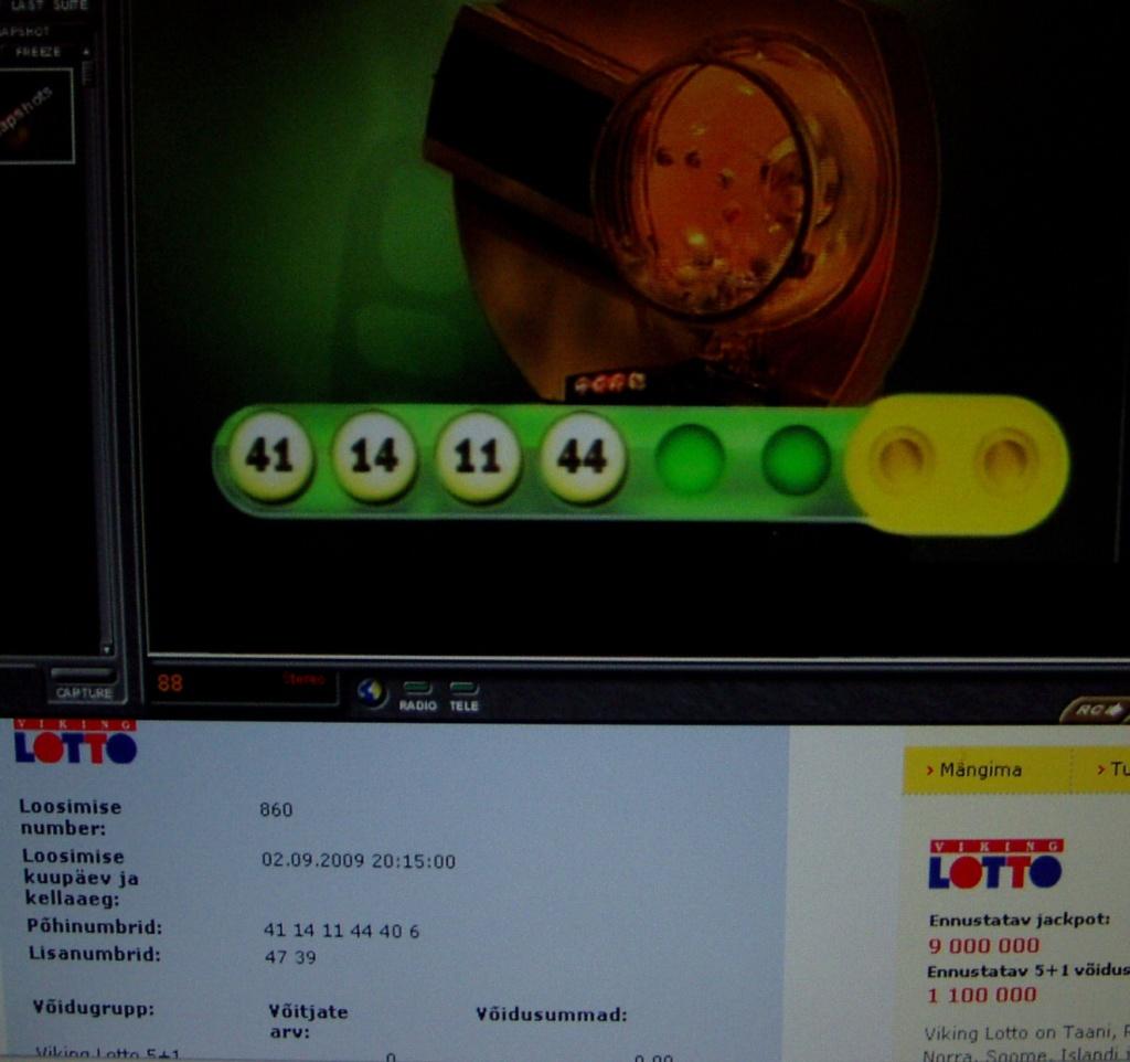 Pildi ülemisel poolel on ETV ekraanil aset leidev Viking Lotto võidunumbrite loosimine kella 21.00 ajal. Alumisel poolel on näha juba lõpptulemus ja kõik võidu numbrid, sest need on avaldatud eestiloto.ee lehel. Foto Virgo Kruve