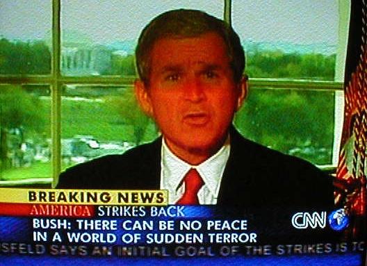 georg bush bush terror afganistaan sõja alustamine 7. oktoober 2001. Sellel päeval tehtud foto teleri ekraanilt (autor Virgo Kruve).