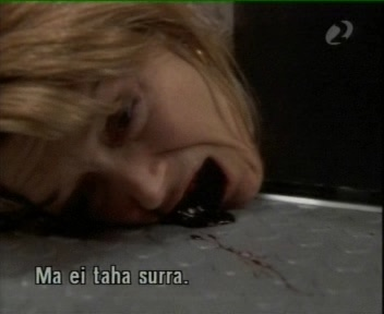 surev naine lifti uste vahel