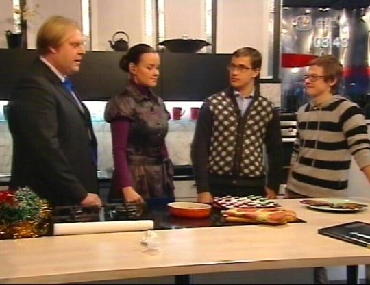 Ristisamba autor Rainer Sternfeld (vasakult kolmas) koos oma hea sõbra ja kaasautoriga, kellega nad on kõike koos teinud. Täpsemalt siis sammast kavandanud ja viimasel ajal ka mingeid teisi projekte. Foto ETV terevisioon 18.12.2009