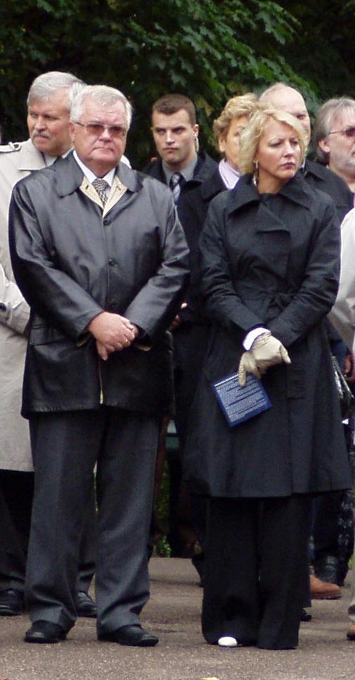 Edgar Savisaar ja Vilja Savisaar otsustasid abielu lahutada. Sellel pildil 20. septembril 2008 on nad Harju mäel Vabadussõja võidusamba nurgakivi panemise tseremoonial. Nüüd seisab Edgar selja taga Jüri Pihl aga saame 2011. märtsis näha, kas see on sama tõhus kui Vilja senine toetus kampaaniates. Foto Virgo Kruve