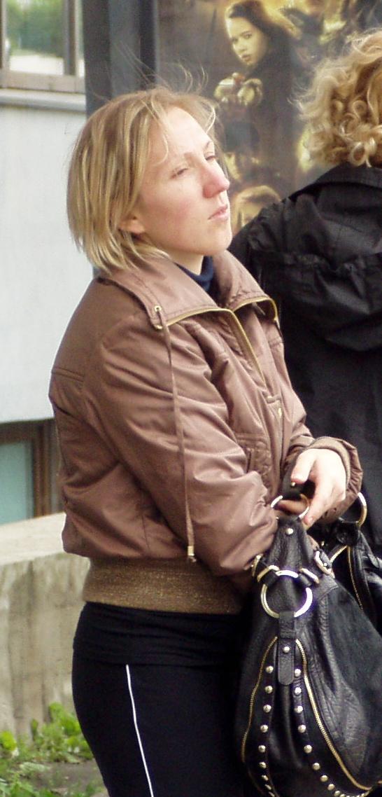Reformierakonda kuulumise ajal vanuritelt maju ja maid välja petnud Liis Haavel 18.06.2008 Tallinnas Endla tänaval. Foto Virgo Kruve