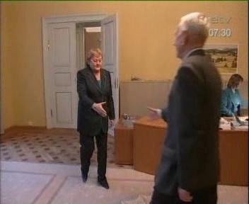 09.09.09 ehk 9 september 2009 ene ergma kingad ja musta värvi püksid. Kaader ETV Terevisiooni uudistest uute õppekavade teemaliselt arutelult Riigikogu ruumides.