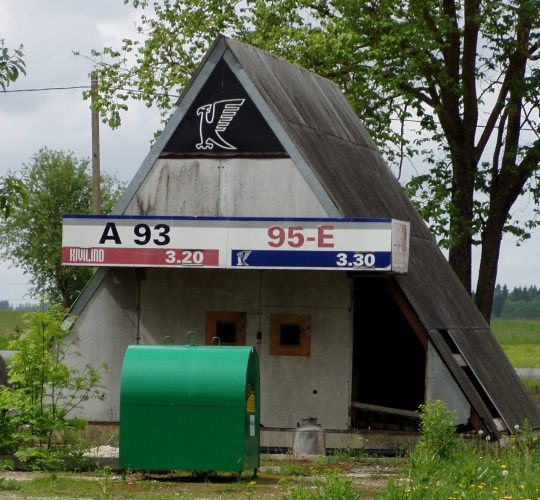 See oli kunagi bensiinijaam. Tegutses veel kindlasti 1995/6. kevadel aga sulgemise aasta ei ole teada. Praegu on seal hinnad endiselt väljas. Foto Virgo Kruve 28. mai 2010