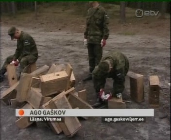 Ago Gaškov sai käia sõduritega suhtekorralduslikul metsas viibimisel, et jäädvustada lindudele pesakastide paigutamist. 26. mai 2010 ETV AK uudised.