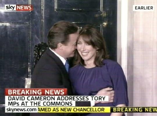 David Cameron ja imelik kallistus Samantha´ga. Ma ei teagi, kas see on väsimusest (praegu on 00.20) või tõepoolest David rabas rinnast, tiris tissi, surus stressipalli. Kaader SkyNews