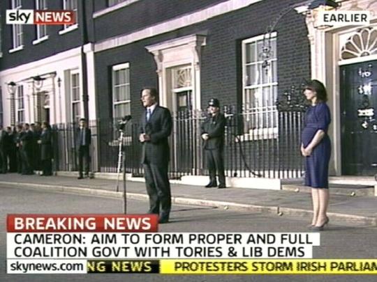 David Cameron naine Samantha seisab oma mehest 5 sammu eemal. kaader SkyNews