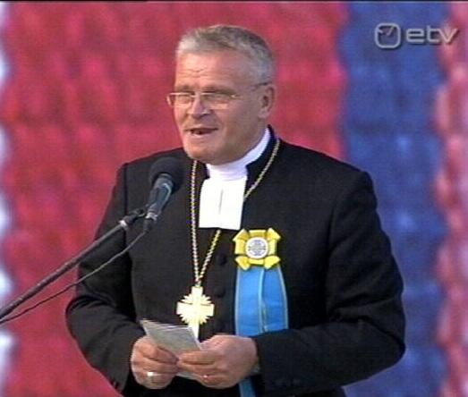 Papp Andres Põder puldist laulupeo osalisi õnnistamas, sest kogu õndsus tuleb juutidelt. Üritus algas poliitikute sõnumiga ja võeti kokku peapiiskopi poolt. Kaader ETV