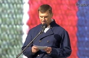 Usuline laulupidu. Andrus Ansip osaleb peaministrina EELK (Eriti Evangeelne Luteri Kamp) üritusel tervituskõnega. Kaader 27. juuni ETV (samuti hilisemad pildid)