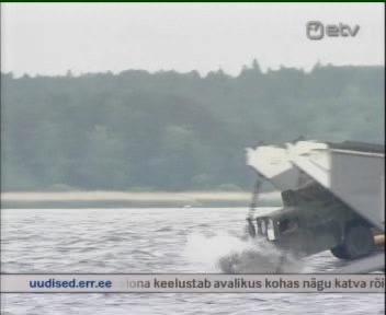 Eesti kaitseliitlased dziibiga meres laevalt dessanti korraldamas. Kaader ETV 15. juuni 2010