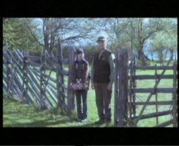 Arnold Rüütel vaatab väraval kuidas noored lahkuvad ja lähevad kodust ehk Rahvaliidust ära