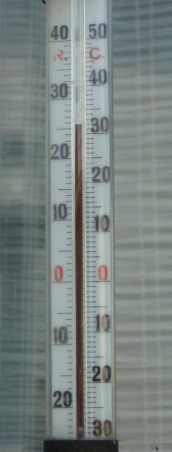 32 kraadi sooja. See termomeeter on vanem kui mina. Kahtlustan, et see võib olla isegi üle 50 aasta vanune aga tema näidus ei ole seni väga kahelnud, et 0 kraadi puhul on ka lumi sula olnud. See muidugi ei garanteeri, et kõrgemate või madalamate temperatuuride korral ei toimuks mõõtmises viga. Foto Virgo Kruve