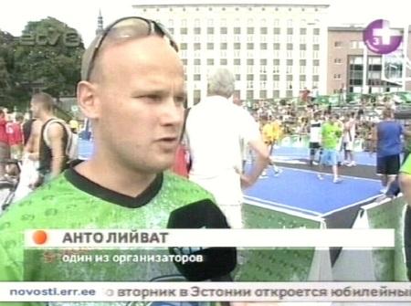 Vabaduse väljaku tänavakorvpalli turniiri kajastuses nimetati Anto Liivat ka üheks korraldajaks. Kaader vene AK-st 14. augustil 2010