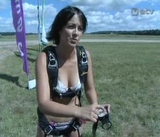 20. juuli 2010 ETV AK uudistes oli intervjuu aluspesus langevarjuhüppe teinud Annika Arras´ega. Kaader ETV