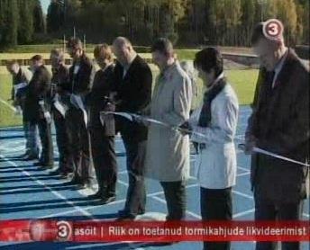 1. oktoober 2010 Tehvandi staadioni ehitustööde lindi lõikamine, reformierakondlane Alar Arukuusk (paremalt kolmas) ja kultuuriminister reformikas Laine Jänes (paremalt teine). Ülejäänud 7 lindi lõikajat on taustajõud, nimetu ballast. Kaader TV3