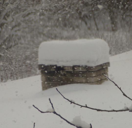 Lühikese ajaga sadanud kohev lumi on moodustanud korstnale mütsi ja kütmine on raske enne selle eemaldamist. Muidugi, suitsutare või suitsusauna korral poleks vahet, et kas rohkem suitsu läheb lõõri kaudu korstnasse või pressib küttekolde uksest sisse. Foto Virgo Kruve