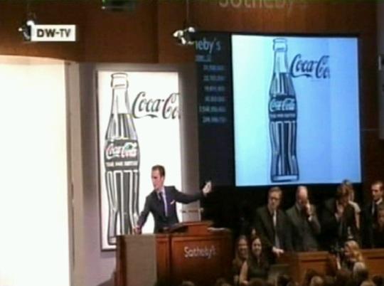 1962. aasta Andy Warhol´i must-valge maal Coca-Cola pudelist müüdi Sotheby oksjonil ennustatud 14 miljoni € asemel hoopis ligi 23 miljoni euro eest. Kaader DW-TV