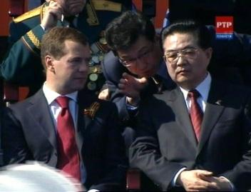 9. mai 2010 Venemaa president Dmitri Medvedev ja Hiina president Hu Jintao Moskvas paraadi vaatamas. Selle kümnendi võim on BRIC riikide käes. BRIC ei ole telliskivi inglise keelest vaid esitähtede lühend riikide inglise keelsetest nimedest: Brasiilia, Venemaa, India, Hiina. Pilt RTR kanal.