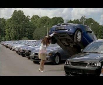 seb autoliising on nii kerge et naine tõstab auto ülesse. Juuli 2006. kaader tv-st.